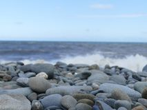 Seixos empilhados em uma praia Foto de Stock