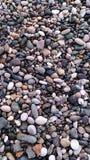 Seixos molhados do mar do colorfull na praia imagens de stock