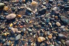 Seixos molhados na praia Imagem de Stock Royalty Free