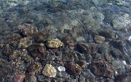 Seixos sob a água Fotografia de Stock Royalty Free