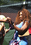Seize autographes de signature de Serena Williams de champion de Grand Chelem de périodes après la pratique pour l'US Open 2013 Photos stock