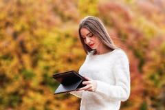 Seizoen, technologie en mensenconcept - jonge vrouw met tablet Royalty-vrije Stock Fotografie