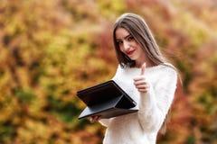 Seizoen, technologie en mensenconcept - jonge vrouw met tablet Royalty-vrije Stock Afbeeldingen