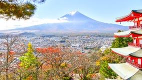 Seizoen van de esdoorn het bosherfst in Japan met Fuji-bergmening stock foto's