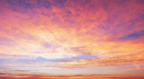 Seizoenconcept: De zonsopgangachtergrond van de hemelherfst Stock Afbeeldingen