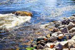 Seizoengebonden achtergrond de zomerdag op de stormachtige rivier stock afbeeldingen