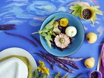 Seizoengebonden decoratief stilleven van heldere vruchten, groenten, bladeren en kruiden op gestemd blauw document stock foto's