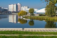 Seizoengebonden ijs het schaatsen piste en sportenpaleis in Minsk stock afbeelding