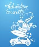 Seizoengebonden kaart met kleine en leuke retro reisauto met bagage Stock Afbeeldingen