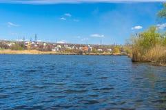 Seizoengebonden landschap met kleine Oekraïense rivier stock foto's