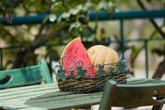 Seizoengebonden verse vruchten, watermeloen en rockmelon in mand op tuinlijst Royalty-vrije Stock Afbeelding