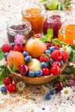 Seizoengebonden vruchten en bessen, jam, verticale close-up Stock Fotografie