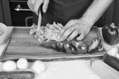 Seja cuidadoso com faca O cozinheiro chefe ensina como rapidamente vegetais da costeleta O alimento da costeleta com segurança e  imagens de stock royalty free