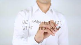 Seja grato para o que você tem, escrita do homem em vidro, escrito à mão Foto de Stock