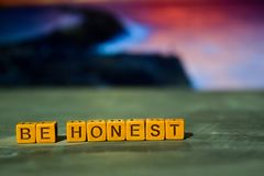 Seja honesto em blocos de madeira Imagem processada cruz com fundo do bokeh imagem de stock