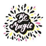 Seja mágico Citações inspiradas com elementos tirados mão Inscrição da rotulação da mão do vetor para cartazes Imagem de Stock