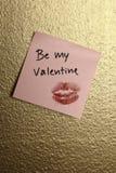 seja minha nota do Valentim na parede dourada Fotografia de Stock