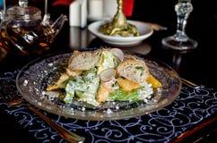 Seja o autor da salada do ` s Caesar em pratos bonitos do vintage Fotos de Stock Royalty Free