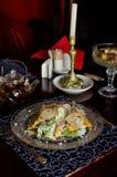 Seja o autor da salada do ` s Caesar em pratos bonitos do vintage Imagens de Stock