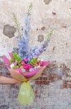 Seja o autor do ramalhete do ` s de um florista com um delfínio da flor imagens de stock royalty free