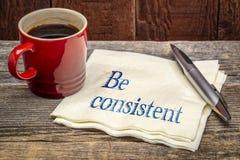 Seja o conceito consistente - escrita em um guardanapo imagens de stock