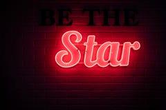 Seja o sinal de néon da estrela fotografia de stock