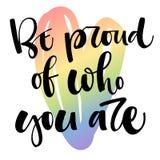 Seja orgulhoso de quem voc? ? Cita??es do texto de Gay Pride no fundo alegre colorido do cora??o do arco-?ris ilustração do vetor