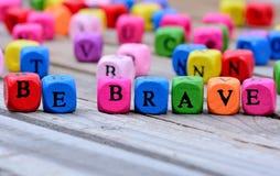 Seja palavras corajosos na tabela imagens de stock