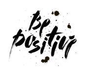 Seja positivo Citações inspiradas sobre feliz Frase moderna da caligrafia com manchas Rotulação na escova para a cópia e Imagem de Stock