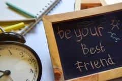 Seja seu escrito à mão colorido da frase do melhor amigo no quadro, no despertador com motivação e nos conceitos da educação fotografia de stock royalty free