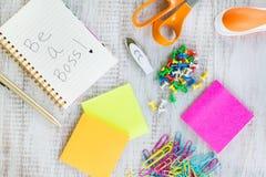 Seja um chefe Womans Work Desk com materiais de escritório Fotografia de Stock Royalty Free