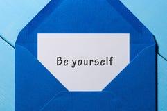 Seja você mesmo - deseje no envelope azul na tabela rústica Imagem de Stock