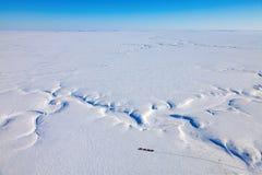 Sejsmiczny wibrator Przewozi samochodem w zimy tundrze od above zdjęcie royalty free