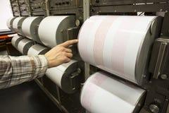 Sejsmografu magnetofonowego trzęsienia ziemi ludzka ręka Fotografia Royalty Free