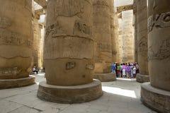 Sekcja gigantyczne kolumny znać jako hipostyl Hall wśród Karnak świątyni x28 &; Świątynia Amun& x29; w Luxor, Egipt Zdjęcie Royalty Free