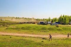Sekiotovo, Ryazan, Rússia - podem 9, 2016: A fase do campeonato do copo do russo de Autocross, espectadores relógio, motoristas m Fotos de Stock