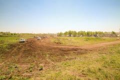 Sekiotovo, Ryazan, Rússia - podem 9, 2016: A fase do campeonato do copo do russo de Autocross, espectadores relógio, motoristas m Fotografia de Stock