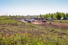 Sekiotovo, Ryazan, Rússia - podem 9, 2016: A fase do campeonato do copo do russo de Autocross, espectadores relógio, motoristas m Imagem de Stock Royalty Free