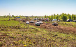 Sekiotovo, Ryazan, Rússia - podem 9, 2016: A fase do campeonato do copo do russo de Autocross, espectadores relógio, motoristas m Fotos de Stock Royalty Free