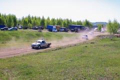 Sekiotovo, Ryazan, Rússia - podem 9, 2016: A fase do campeonato do copo do russo de Autocross, espectadores relógio, motoristas m Foto de Stock