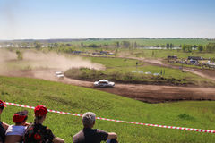 Sekiotovo, Ryazan, Rússia - podem 9, 2016: A fase do campeonato do copo do russo de Autocross, espectadores relógio, motoristas m Imagem de Stock