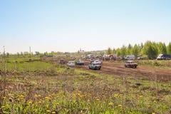 Sekiotovo, Ryazan, Rússia - podem 9, 2016: A fase do campeonato do copo do russo de Autocross, espectadores relógio, motoristas m Fotografia de Stock Royalty Free