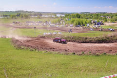 Sekiotovo, Ryazan, Rússia - podem 9, 2016: A fase do campeonato do copo do russo de Autocross, espectadores relógio, motoristas m Imagens de Stock