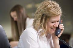 Sekretär, der Kenntnisse über dem Telefon nimmt Lizenzfreie Stockbilder