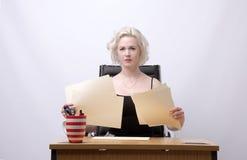 Sekretär, der Schreibarbeit hält Lizenzfreie Stockfotos