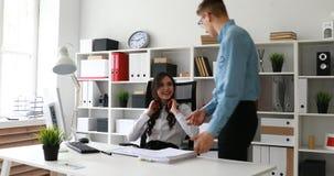 Sekretär mit den roten Kopfhörern, die neue Dokumente von Direktor empfangen stock video