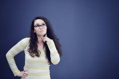 Sekretär oder Geschäftsfrau mit überraschtem Blick auf ihrem Gesicht lokalisiert über dunklem Hintergrund Lizenzfreies Stockbild