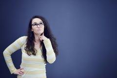 Sekretär oder Geschäftsfrau mit überraschtem Blick auf ihrem Gesicht lokalisiert über dunklem Hintergrund Stockfotos