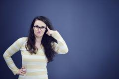 Sekretär oder Geschäftsfrau mit überraschtem Blick auf ihrem Gesicht lokalisiert über dunklem Hintergrund Stockfoto
