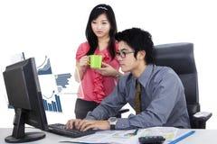Sekretär und ihr Partner mit virtuellen Wachstumstabellen Lizenzfreies Stockbild